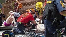 Раненым оказывают помощь после того, как автомобиль наехал на людей в американском городе Шарлоттсвилль (штат Виргиния)