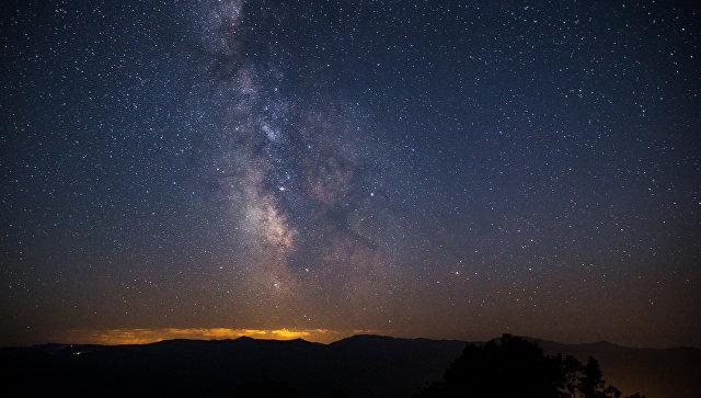 Звездное небо, наблюдаемое во время метеорного потока Персеиды. Архивное фото