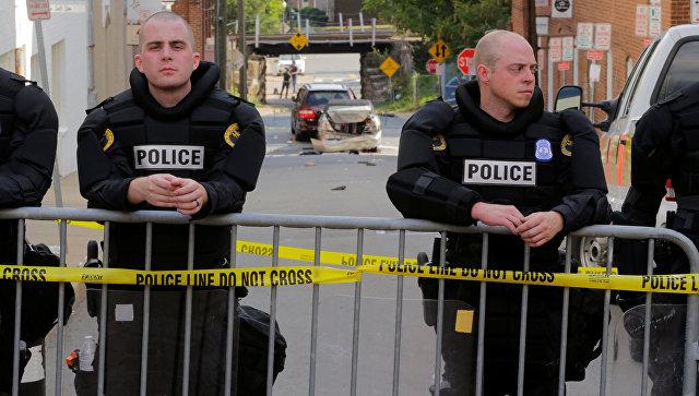 Полиция на месте наезда автомобиля на людей в американском городе Шарлоттсвилль
