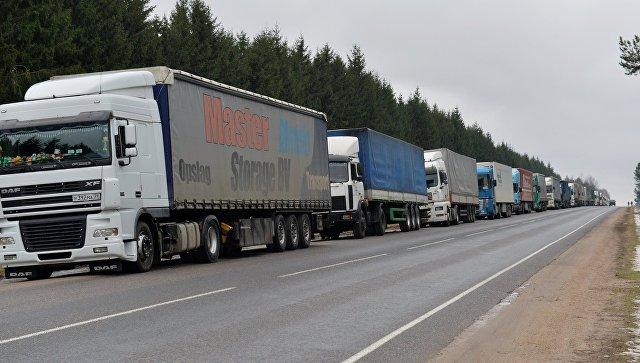 Российские грузовики в очереди. Архивное фото