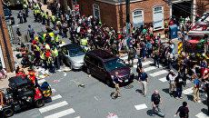 Раненым оказывают первую помощь после того, как автомобиль наехал на участников протестов в Шарлоттсвилле