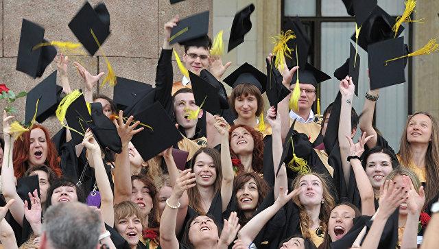 Выпускники университета после церемонии вручения дипломов