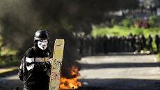 Демонстрант во время акции протеста против президента Венесуэлы Николаса Мадуро в Каракасе. Архивное фото