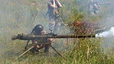 Украинские военные стреляют из гранатомета. Архивное фото