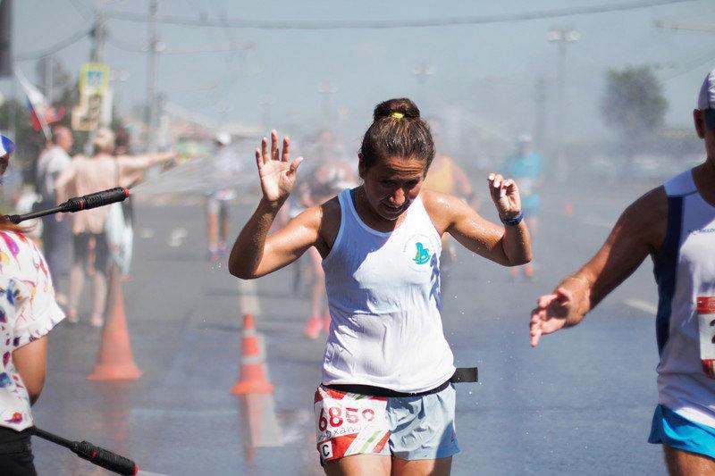 Чтобы справиться с жарой, бегуны используют воду на пунктах питания – стакан в себя и два стакана на себя. А лучше всего освежиться в такую погоду помогает душ.