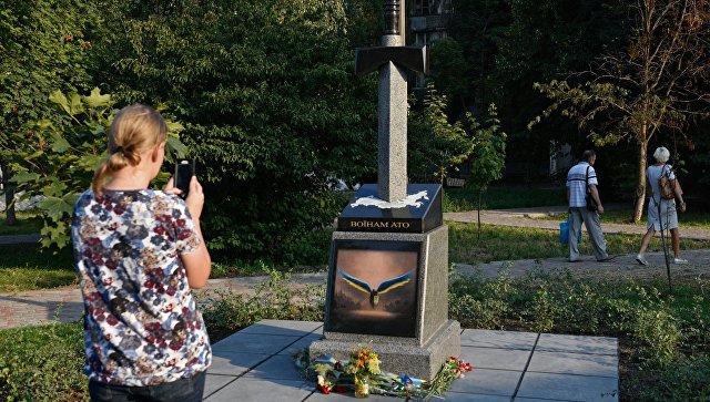 В Киеве открыли памятник в виде вонзенного в карту России меча