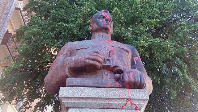 В Полтаве облили краской памятник генералу Ватутину