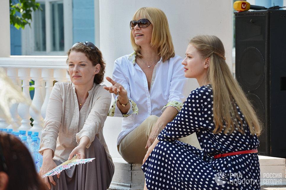 Актрисы Анна Астраханцева (слева) и Анна Леванова (справа) общаются с режиссером Верой Глаголевой во время встречи съемочной группы фильма Две женщины с журналистами