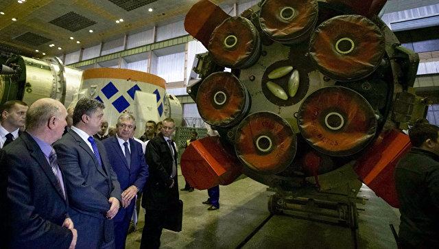 Президент Украины Петр Порошенко во время визита на завод Южмаш. Архивное фото