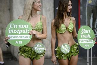 Активистки PETA с плакатами, призывающими к вегетарианскому образу жизни в Бухаресте, Румыния