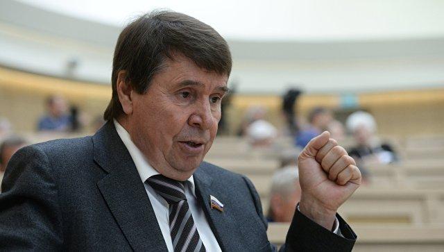 Представитель от законодательного органа государственной власти Республики Крым Сергей Цеков перед началом заседания Совета Федерации РФ. Архивное фото
