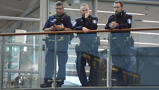 Финские полицейские в аэропорту Хельсинки. Архивное фото