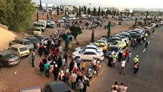 Посетители у входа в выставочный городок на южной окраине Дамаска, где впервые с начала вооруженного конфликта в Сирии открылась 59-я Международная промышленная выставка. 19 августа 2017