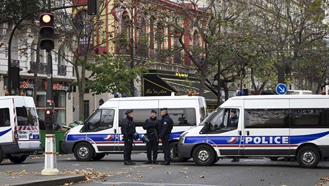 Полицейские около театра Батаклан в Париже, где произошел один из серии терактов. Архивное фото