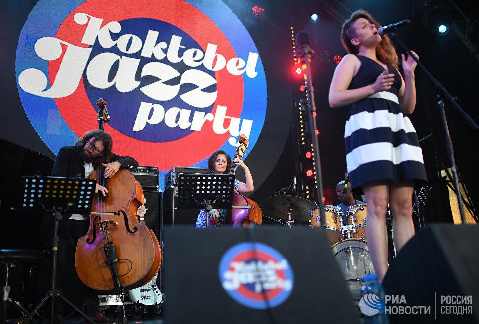 Участница коллектива Double Bass Project голландская певица Хиске Остервик во время выступления на фестивале Koktebel Jazz Party 2017