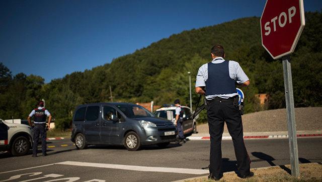 Полицейский на контрольно-пропускном пункте в Каталонии