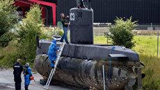 Полицейские обследуют подлодку Nautilus в порту Копенгагена. Архивное фото