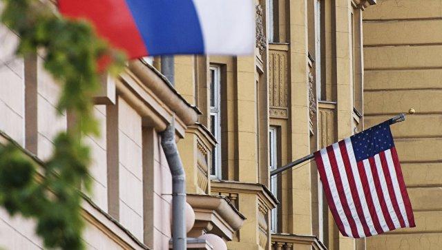 Флаги России и США на здании американского посольства в Москве. Архивное фото