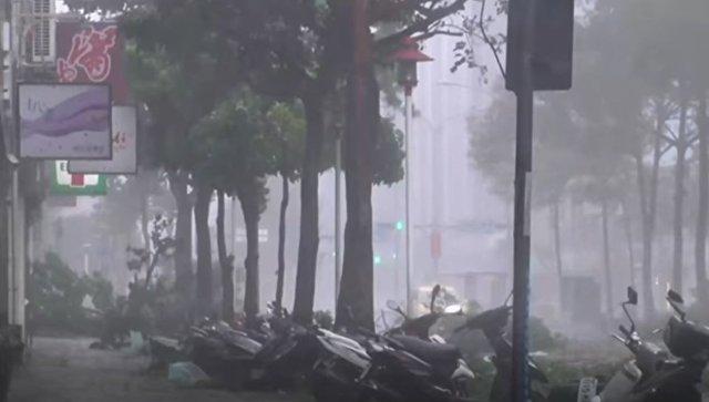 Жертвами мощнейшего тайфуна Hato в Китае стали три человека