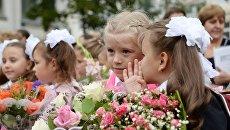 Ученики на торжественной линейке в школе №1048 Москвы. Архивное фото