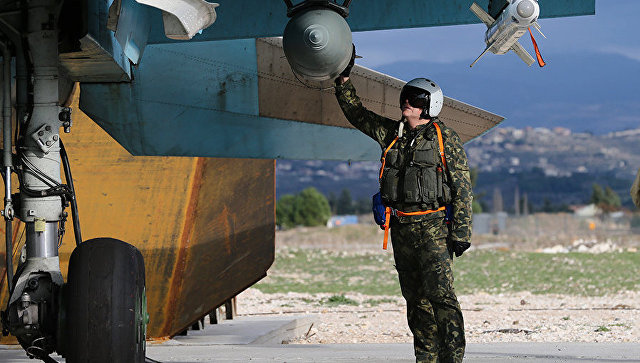 Летчик ВКС РФ на авиабазе Хмеймим в Сирии. Архивное фото
