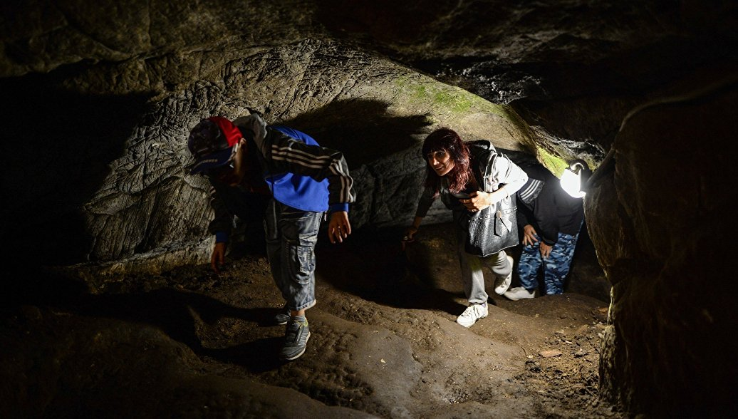 Туристы во время экскурсии в Тавдинские пещеры в Алтайском крае. Архивное фото