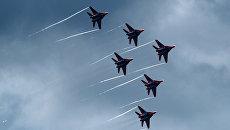 Выступление пилотажной группы ВКС России Стрижи на истребителях МиГ-29. Архив