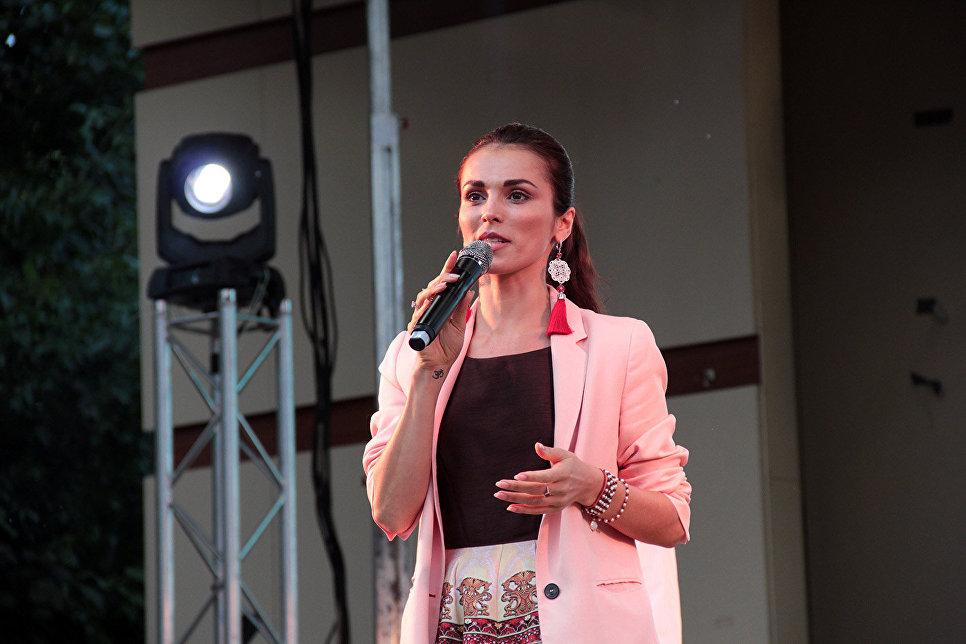 На главной сцене выступали популярные исполнители: Сати Казанова, группы Интонация и ОдноНо, Арсений Бородин и другие