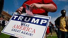 Плакат с лозунгом Дональда Трампа Сделаем Америку снова великой. Архивное фото