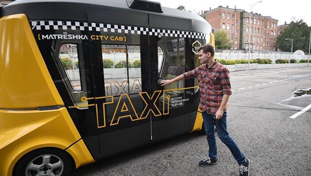 Первый беспилотный пассажирский автобус MatrЁshka во время тестового рейса. 29 августа 2017