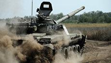Танк Т-72 Б1 150-й мотострелковой дивизии во время учебных стрельб на полигоне Кадамовский в Ростовской области. Архивное фото