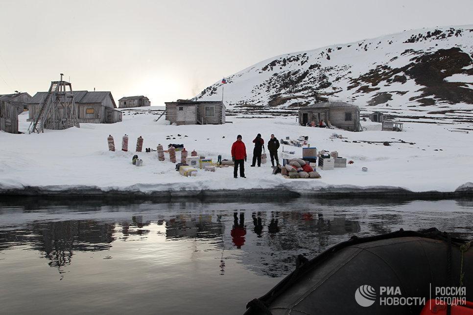 Инспекторы национального парка «Русская Арктика» во время высадки на остров Гукера.