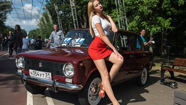 Участница седьмого фестиваля старинных автомобилей Ретрофест в Сокольниках. 26 августа 2017