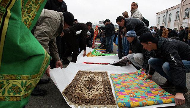 Мусульмане молятся в честь праздника Курбан-байрам в Коломяжской мечети Санкт-Петербурга