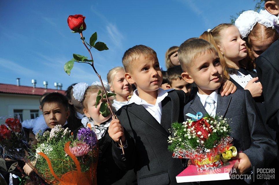 Первоклассники на праздничной линейке в средней школе №1 в Чите в День знаний