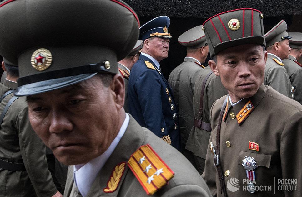 Военнослужащие на территории музея Ким Ир Сена в Мангёндэ в провинции Пхеньяна