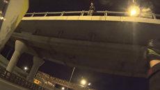 Не делай этого! - мотоциклист отговорил мужчину от прыжка с автомобильно моста