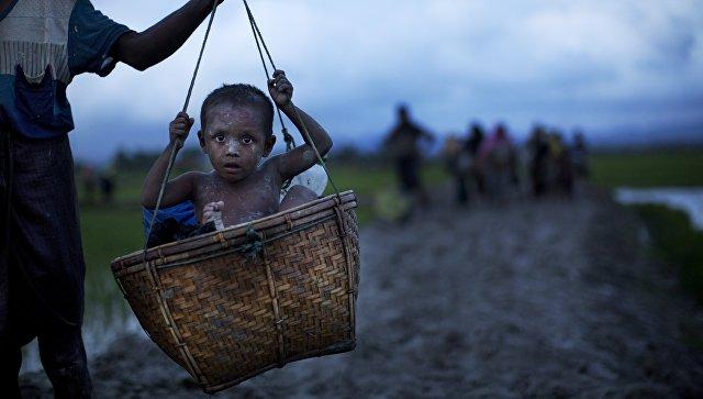 Этнические Рохинджа  Мьянма ислам мусульмане несут пожилого мужчину к Бангладешской границе