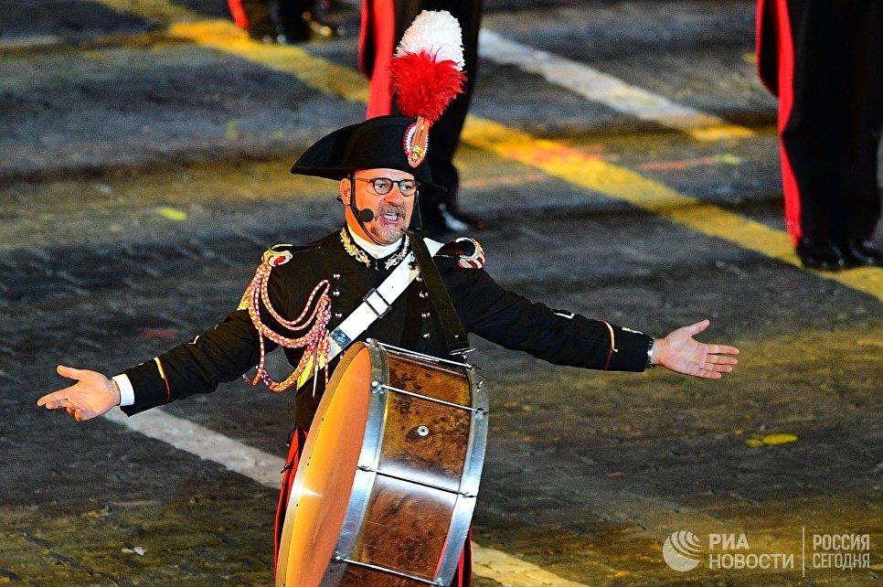 Музыкант оркестра корпуса карабинеров Италии на торжественной церемонии закрытия X Международного военно-музыкального фестиваля Спасская башня в Москве