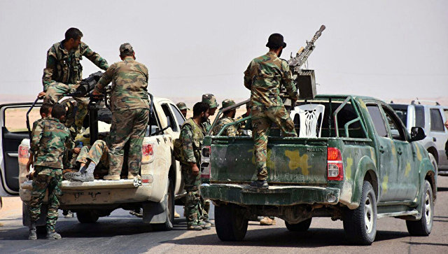 Сирийские военные и бойцы с оружием около города Дейр-эз-Зор. Архивное фото