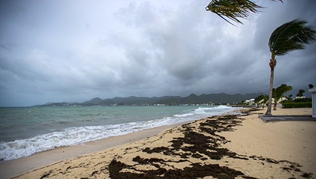 Ураган Ирма надвигается на пляж на острове Сен-Мартен в Карибском море. 5 сентября 2017