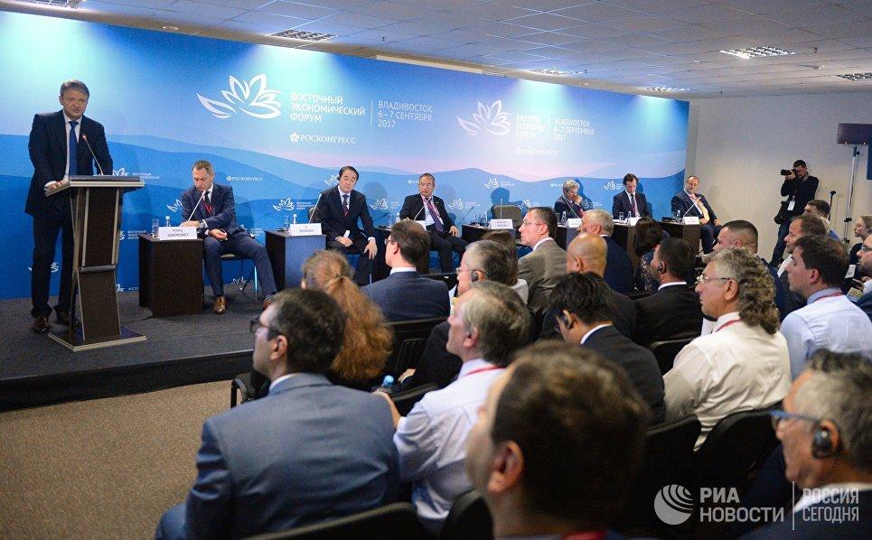 Министр сельского хозяйства Российской Федерации Александр Ткачев (слева) на сессии Агроинвестиции. Как накормить АТР? в рамках Восточного экономического форума во Владивостоке