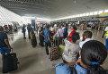 Пассажиры ждут регистрации в аэропорту Поул-Караиб в Пуэнт-а-Питре, Гваделупа