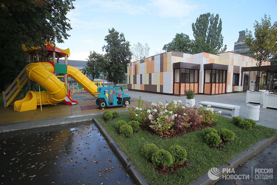 Детская площадка типового дома, предназначенного для переселения по программе реновации, в шоу-руме на ВДНХ в Москве