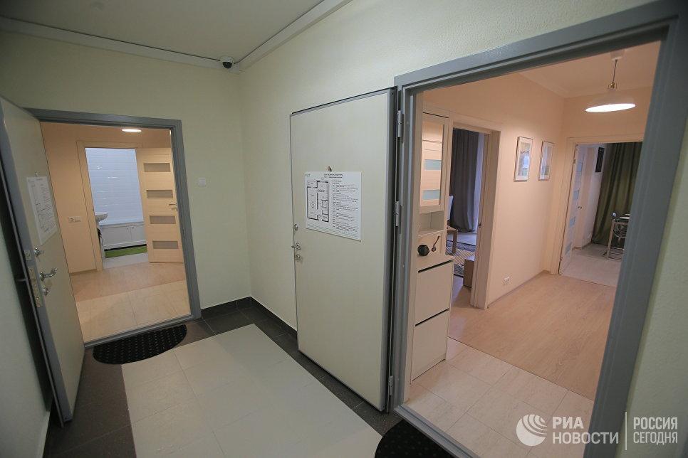 Подъезд типового дома, предназначенного для переселения по программе реновации, в шоу-руме на ВДНХ в Москве