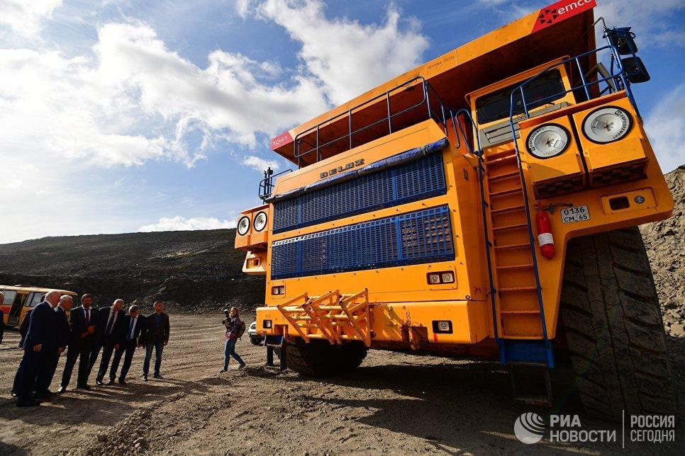 С 2011 года на Солнцевском разрезе работают карьерные самосвалы БелАЗ- 75131 грузоподъемностью 130 тонн, доставленные на остров из  Белоруссии