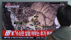 Мужчина смотрит новости на Сеульском вокзале, сообщающие о ядерных испытаниях КНДР, проводимых в недрах горы Мантапсан. 9 сентября 2016