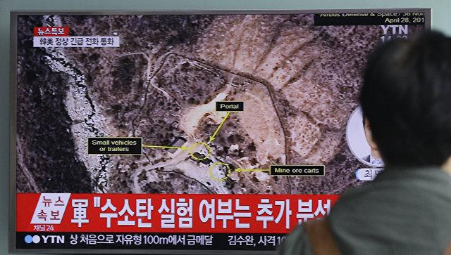 Мужчина смотрит новости на Сеульском вокзале, сообщающие о ядерных испытаниях КНДР. Архивное фото