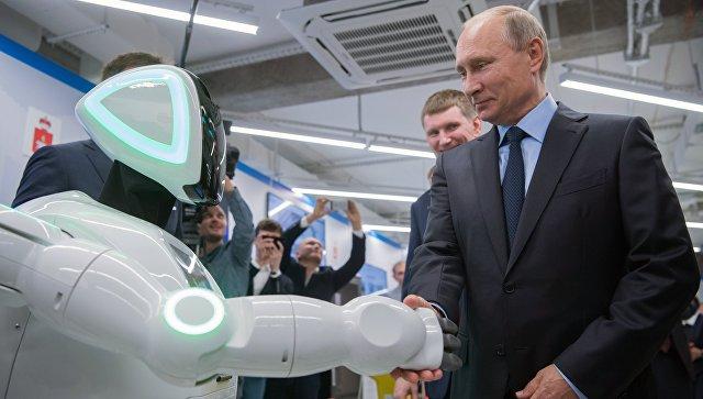 Владимир Путин во время посещения АО ЭР-Телеком Холдинг в Перми осматривает экспозиции предприятий малого и среднего бизнеса, работающих в сфере цифровой экономики. 8 сентября 2017
