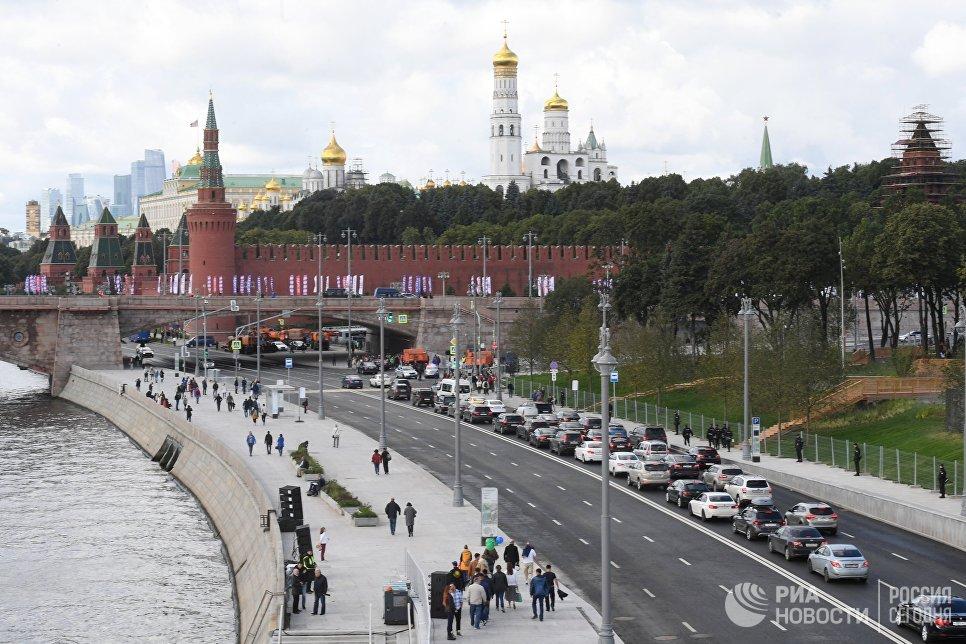 Вид на Большой Москворецкий мост и набережную Москвы-реки. 9 сентября 2017